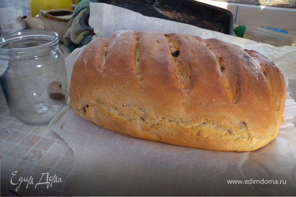 Достать из духовки готовый хлеб. Вытащить из формы. Накрыть влажным кухонным полотенцем.