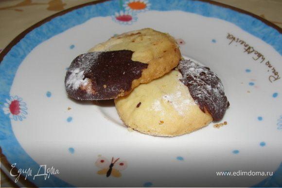 Раскатать тесто в 3мм. Можно использовать любые формочки для печенья. Если тесто получилось жидковатое, можно выложить десертной ложкой на бумагу для выпечки. Выпекаем при 150 градусов 15 минут. После дать печенью остыть и смазать его по желанию абрикосовым вареньем или растопить шоколад на водяной бане и смазать им половинку каждого печенья. Присыпать молотыми орехами или кокосовой стружкой, сахарной пудрой.