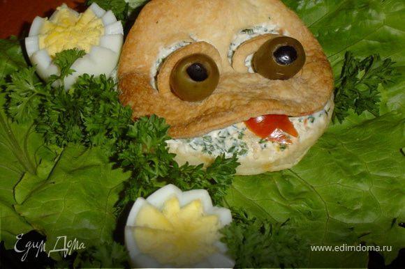 Из кусочка помидора делаем язычок. Вот квакушка и готова!Приятного аппетита!!!!!!!!!!!!