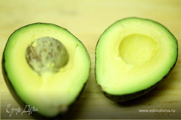 Перемешайте авокадо, кинзу и сок лайма в небольшой миске.