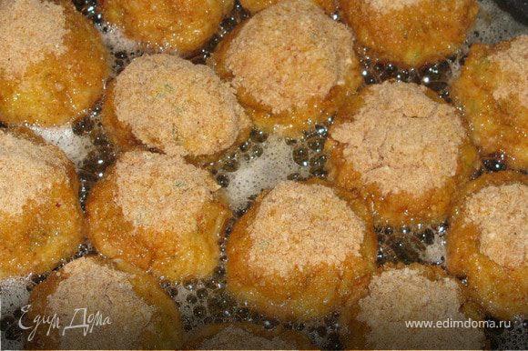 Тефтельки можно обжаривать на растительном масле в сковороде, или запекать в духовке, пока не подрумянятся.