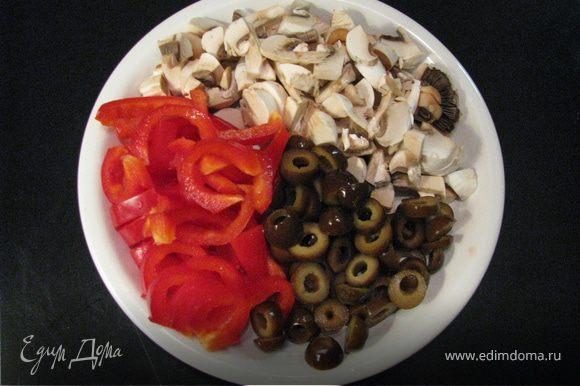 Перец,грибы нарезать соломкой, оливки кольцами. Очистить картофель, нарезать кубиками.