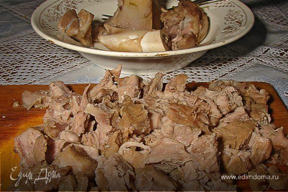 Еще через 10 минут достаю готовое мясо и загружаю картофель. Когда картофель почти готов (10-15 минут) отправляю вариться пассировку и огурцы, и, конечно, не забываю отправить туда мясо.