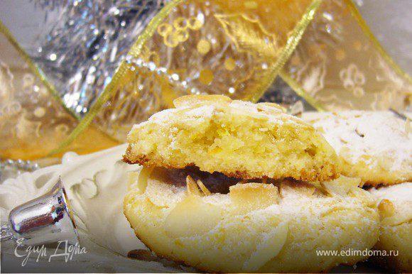Печенье получилось очень рассыпчатым, с апельсиновым вкусом.