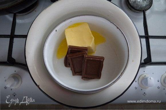 Готовим помадку масло. Ею ми будем смазывать корж изнутри. На вод. бане:масло, сахар, какао, шоколад.