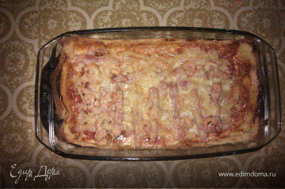 Сверху все посыпаем натертым сыром и ставим в разогретую духовку. Пица готова. Приятного аппетита