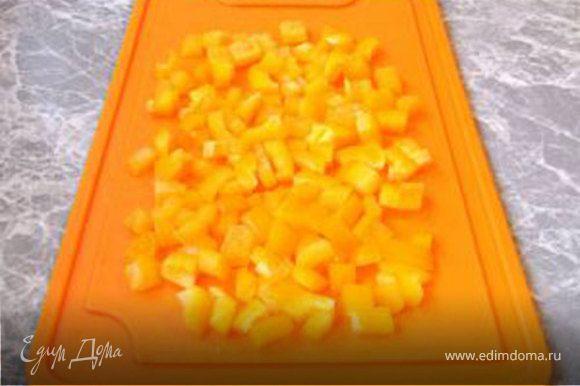 Сначала морковь вымойте и очистите. Натрите её на крупной терке и сбрызнете лимонным соком. Огурец вымойте, при желании очистите от кожуры и нарежьте кубиками. Перец вымойте, вырежьте плодоножку, очистите от семян и порежьте кубиками. Адыгейский сыр также порежьте кубиками.