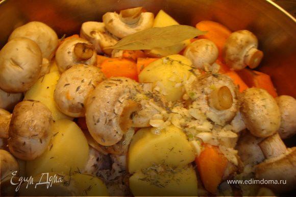 Увеличить огонь, налить в кастрюлю бульон, вино, положить картофель, морковь, грибы, лук, чеснок, тимьян, соль, перец и лавровый лист. Довести бульон до кипения, накрыть крышкой и тушить на слабом огне минут 30 или до готовности.
