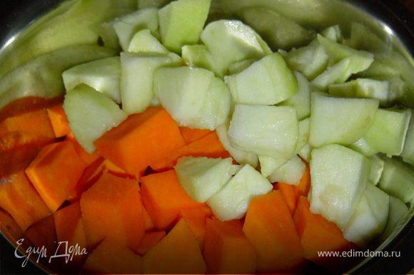 Тыкву и яблоки очищаем и нарезаем кусочками,