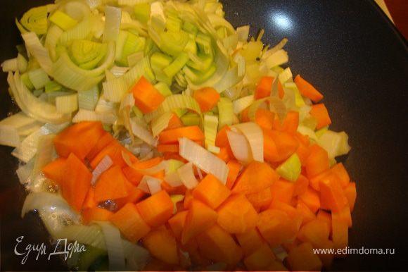 В тоже время нарезаем морковь, сельдерей кубиками, лук порей полукольцами, половину чеснока крупно и обжариваем на сливочном и оливковом масле до прозрачности. Закладываем овощи к мясу, специи, соус из помидоров, доливаем при необходимости мясным бульоном, мясо должно быть чуть покрыто.
