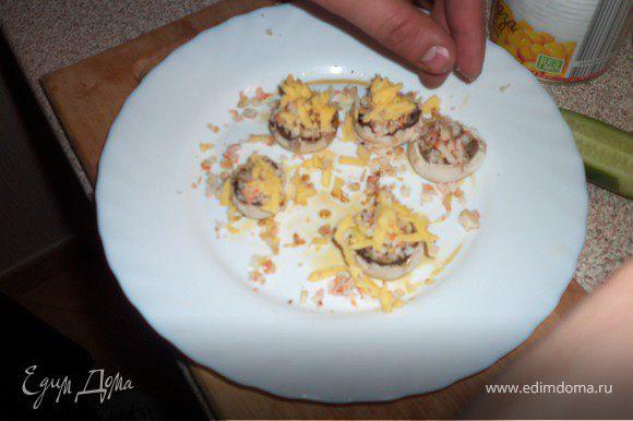 Налить в грибные шляпки соевый соус