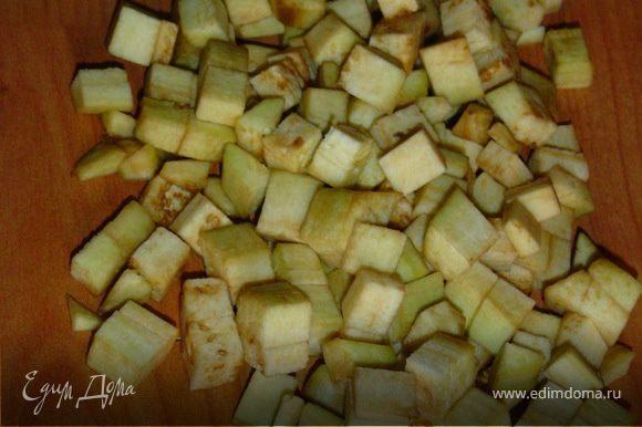 Баклажаны очищаем, нарезаем кубиками и обжариваем на оливковом масле.Помидоры также нарезаем кубиками.