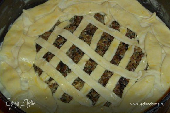 Смазываем верх пирога желтком