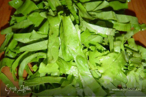Тарелку выстилаем салатными листьями, а оставшиеся нарезаем соломкой,