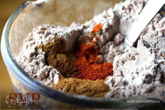 Разогреть духовку до 190 градусов. В большой миске смешайте муку, какао, соду и соль. В отдельной миске взбейте вместе масло и сахар до однородной гладкой массы. Добавить яйца и ванильный экстракт и взбивать еще минуты 2-3, пока все хорошенько не смешалось. Постепенно начинаем подмешивать мучную смесь.