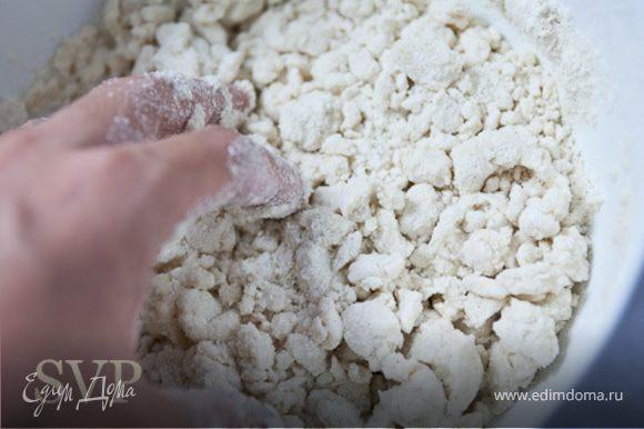 Шаг 1 : Смешать муку, соду, соль и масло. Медленно подливаем теплое молоко. Шаг 2 : Тесто начнет становится рассыпчатым, но это не страшно , мы продолжаем месить его и оно постепенно становится однородной массой. Месить тесто в течение 2 минут. Шаг 3: Из получившегося теста слепить шар, накрыть полиэтиленовой пленкой и дать настоятся 1 час. Шаг 4 :После того как тесто настоялось, нужно проверить на плавильню текстуру. Оторвать кусочек, свернуть его в шарик, а затем сожмите его между ладонями. Если он образует трещин вдоль краев, тесто слишком сухое. Замесить еще немного теплого молока в тесто. Если тесто прилипает к ладоням- тесто слишком влажное. нужно добавить еще немного муки... Шаг 5: Из получившегося теста слепить 13-14 одинакового размера шариков (размером чуть меньше куриного яйца) Шаг 6: Идеальным прессом для лепешки служит обратная сторона тарелки (примерно 12см в диаметре) . Для того что бы лепешка не пестовала к тарелки и доске , я перетягиваю их пластиковой пленкой Толщина лепешки должна быть около 0.2 см. Шаг 7: Обжариваем лепешки на разогретой чугунной сковороде. Обжариваем примерно по минуте с каждой стороны, лепешки не должны дойти до коричневого цвета!