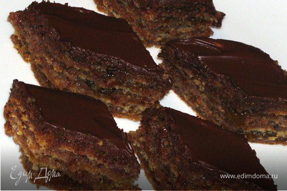 Торт разрезать на пирожные в форме ромба или прямоугольника. Приятного аппетита!:)
