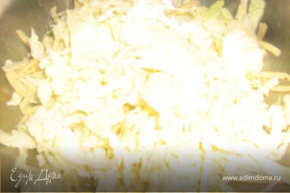 С пекинской капусты срезать твердую часть, мягкую мелко нарубить. Сыр натереть на крупной терке, помидор порезать тонкими ломтиками. курятину порезать произвольно. Капусту и сыр смешать отдельно в тарелке и посолить.