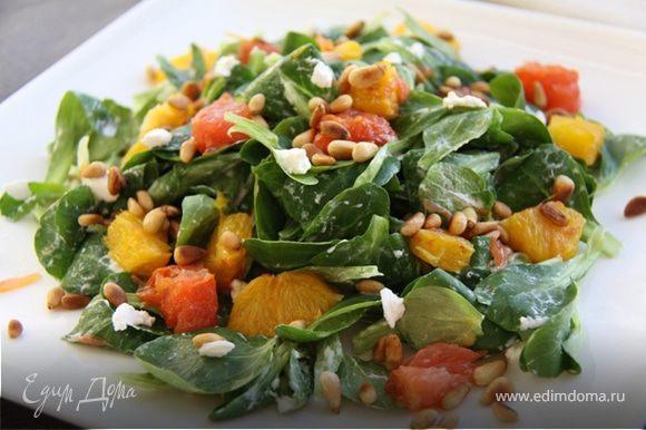 6. Выкладываем на листья салата жареные цитрусы, посыпаем орешками и украшаем маленькими кусочками сыра.
