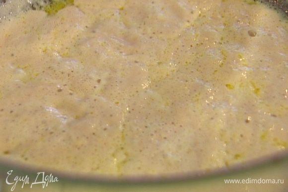 Оставшуюся муку просеять, добавить ее к дрожжам и, понемногу вливая теплую воду (около 100 мл), замесить мягкое воздушное тесто. Накрыть посуду с тестом мокрым полотенцем или затянуть пленкой и оставить подходить.