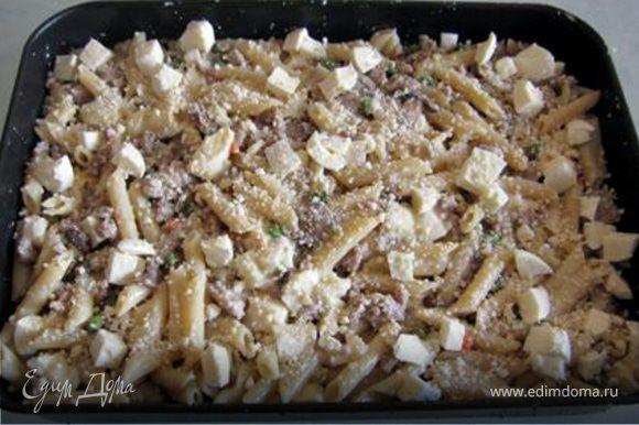 Все сместе вымешать и выложить в смазанную оливковым маслом форму. Залить оставшимся соусом и посыпать оставшимся сыром. (пармезан - натертый, моцарелла - кубиками). Запекать в духовке 25-30 мин. при температуре 180*С. Дать в духовке немного остыть, нарезать порционно(на8 частей) и можно подавать на стол. Приятного аппетита!