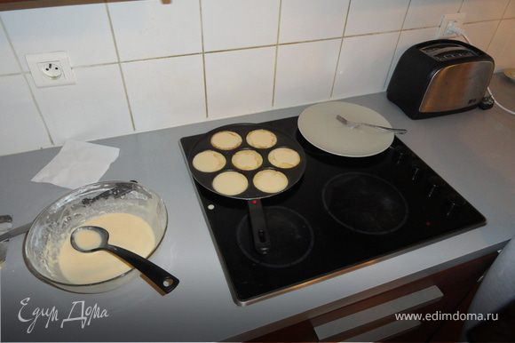 Смешать полученную сухую массу с яйцом, молоком и остывшим сливочным маслом, взбить до получения густоватого теста и оставить на 15/20 мин.