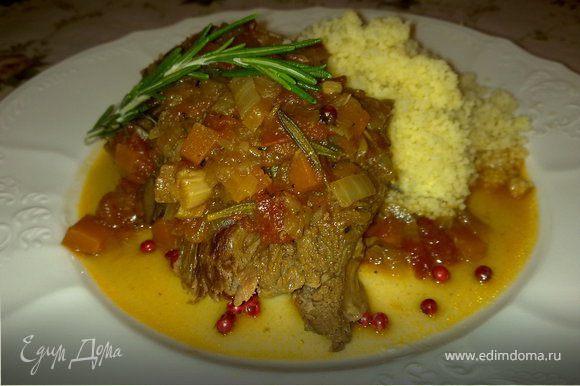 У мяса получается совершенно невероятный соус. Идеально подавать с кускусом!!!
