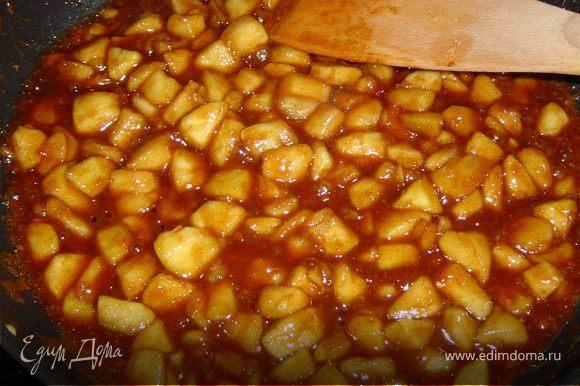 Теперь готовим яблоки в карамели. На разогретую сковороду выкладываем яблоки, масло, сахар, корицу и, постоянно перемешивая, готовим яблоки в течении 15 мин.