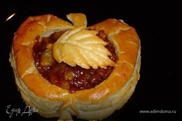 Вот яблочки и готовы. Украшаем их испеченными листиками и подаем гостям.