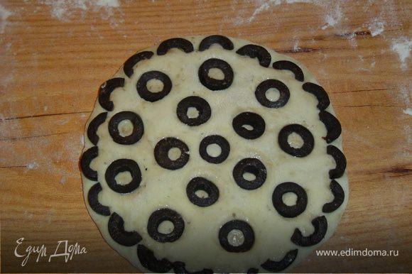сверху выкладываем нарезанные кружочками маслины, и слегка вдавливаем их в тесто.Сверху лепешки смазываем оливковым маслом.