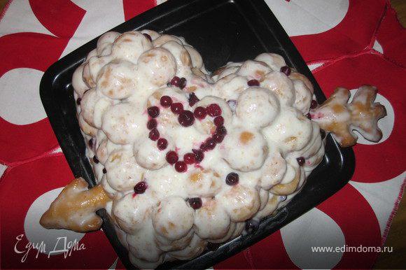 6. Так как сегодня День св.Валентина, я сделала торт для любимого в форме сердца, из последнего кусочка теста, прям на противне, вылепила концы стрелы, потом прижала их шариками и залила кремом. Получилось довольно аппетитно!