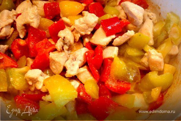 Обжарить в кастрюле на оливковом масле кусочки грудки вместе с луком. Добавить порезанный сладкий и острый перцы. Тушить 3 минуты.