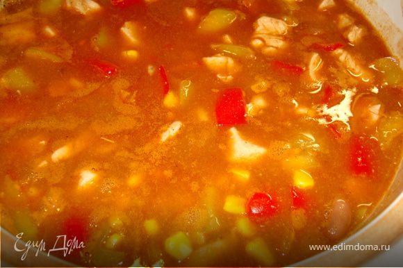 Долить затем в кастрюлю овощного бульона или просто воды так, чтобы полностью закрыть овощи с курицей. Тушить под крышкой 25 минут. В конце приправить солью и кайенским перцем. Посыпать зеленью.