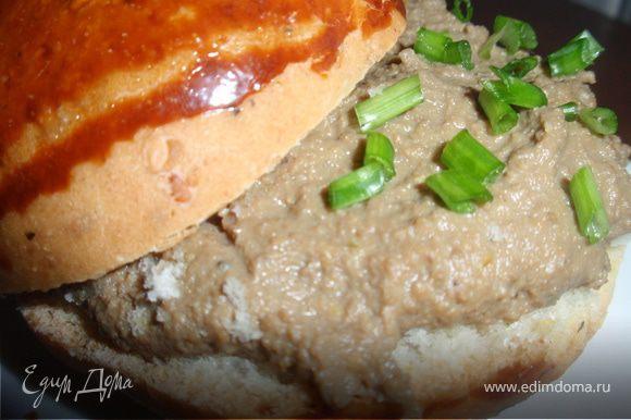 В почти готовый паштет отправляем семена горчицы и перемешиваем ложкой (не измельчаем) Убираем наш паштет в холодильник минимум на час. Приятного аппетита!!!