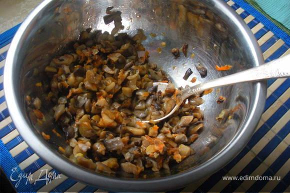 Сперва необходимо нажарить блинчики(самые обыкновенные).Мелко нарезанные лук и морковку пасируем на под.масле,затем добавляем грибочки,соль и перец по-вкусу.
