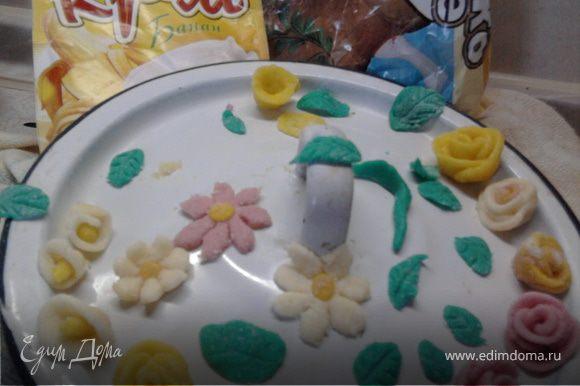 """Для мастики: я смешивала руками сахарную пудру с сухим молоком, постепенно добавляя сгущенное молоко, а иногда еще сух.молоко и сах.пудру, пока ни получилось что-то типа пластилина на ощупь. Этот вид мастики не дает чисто белый цвет, но мне для цветов и не надо было. Для розового цвета я добавила сок свеклы и снова пришлось домешивать пудру с сух.молоком, а для желтого я примешала """"Сметанный крем"""" из пакетика. Ну, зеленый - это зеленка (предупредила, чтобы листики не ели). Лепила цветочки и листочки как из пластилина. Что-то получилось..."""