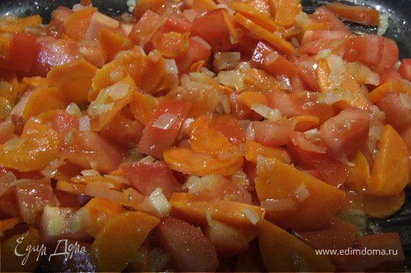Овощи нарезаем, обжаривем на сковороде. Одновременно отвариваем рис.