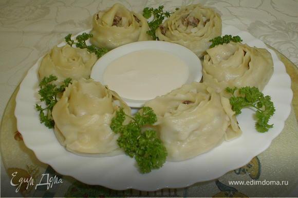 Готовый ханум выкладываем на тарелку и подаём со сметаной или каймаком (жирная сметана), украсив зеленью. Приятного аппетита!
