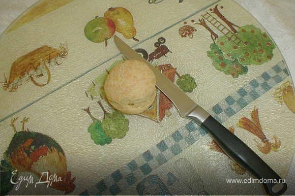 Приготовление начинки: Сваренное яйцо и тунец размять вилкой и тщательно перемещать со взбитым маслом. Надрезать не до конца вдоль готовый шарик и чайной ложкой вложить в него начинку