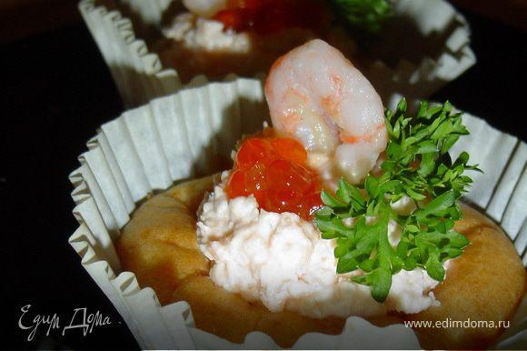 Готовой рыбно-творожной массой начиняем корзинки, сверху выкладываем икру, украшаем креветками и зеленью. Приятного аппетита!!!