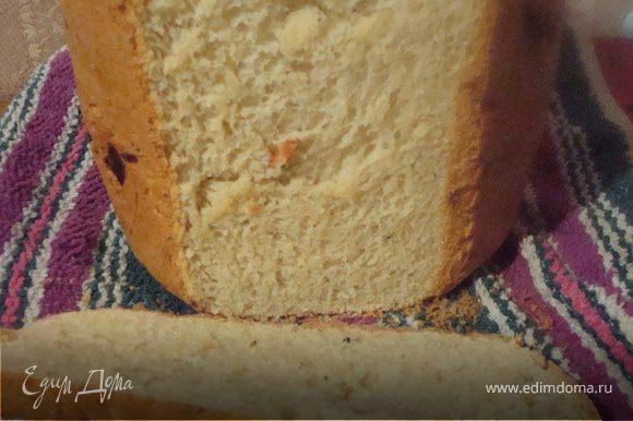 Все закладывать в соответствии с технологией хлебопечки. (у кого то в начале дрожжи закидываются, у меня сначала вся жидкость, только потом все остальное) Сыр я клала потертым, но думаю можно и порезать. Брала 50 % сыр, не соленый. Если сильно соленый сыр - наверное нужно немного меньше соли. Режим выпечки - у меня специальный (с возможностью добавления ингредиентов), после спец. сигнала добавила обжаренные лук и чеснок Хлеб замечательный, ароматный, и очень вкусный!!!!!