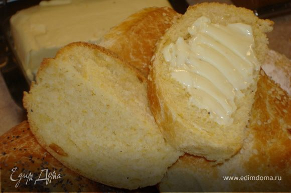 Переложить готовый хлеб на деревянную поверхность, накрыть полотенцем и дать немного остыть. Врать не буду, пока все остальные ждали, я отрезала себе ломоть горячего хлеба, намазала сливочным маслом… Ммм… Представьте… Хрустящая корочка, необыкновенно нежный, мягкий, душистый и желтенький мякиш, и кукурузный запах… Масло холодное и в сочетании с горячим хлебом… Это просто чудо!!!