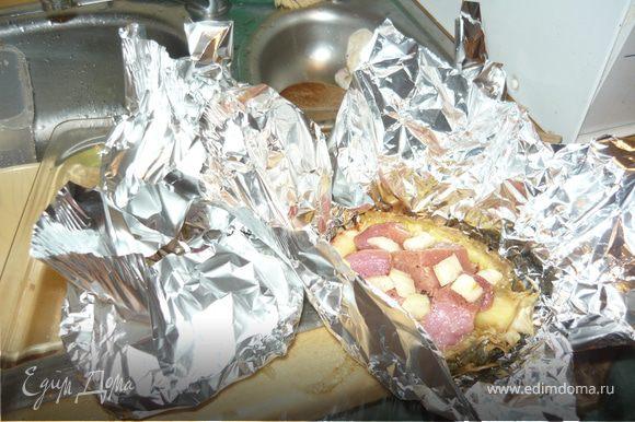 Мясо нарезать небольшими кусочками, добавить к нему нарезанный сельдерей, перемешать, добавить горчицу, посолить, поперчить. Полученной смесью наполнить чашечки от ананаса, посыпать сыром и завернуть в фольгу.