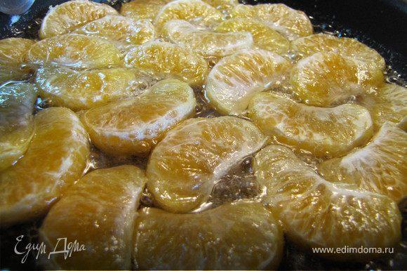 В сковороде растворяем сахар в коньяке с добалением воды (если блюдо будет подаваться малышам - коньяк исключаем). Выкладываем дольки мандарин