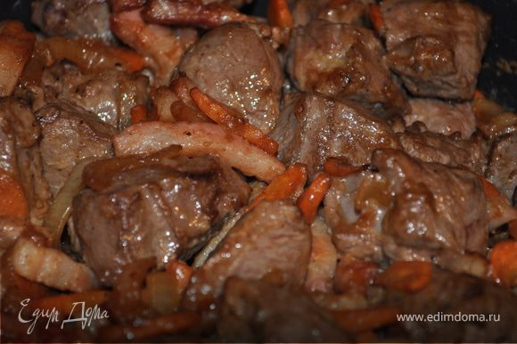 Поставьте кассероль на среднюю решетку духовки, не закрывая крышкой. Через 4 минуты, достать и перемешать. Снова поставить в духовку на 4 минуты. Мясо приобретает румяную корочку.