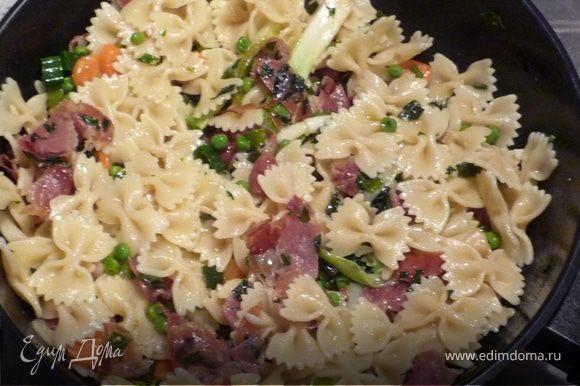 Добавить петрушку и вместе с 3ст.л. оливкового масла выложить к зеленому горошку. Посолить, поперчить, добавить готовые макароны.
