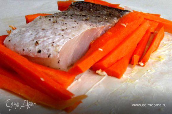 Филе посолить и слегка поперчить. Морковь нарезать тонкой соломкой. Лист пергамента смазать сливочным маслом (щедро). Положить на пергамент филе и морковь . Свернуть пергамент конвертом.