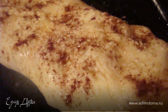 переложить штрудель на противень смазанный растительным маслом. Сверху штрудель смазать взбитым яйцом, посыпать кунжутом и 1 ст.л. сахара.