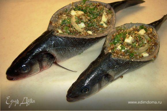 Положить рыбу на брюшко и нафаршировать получившейся смесью
