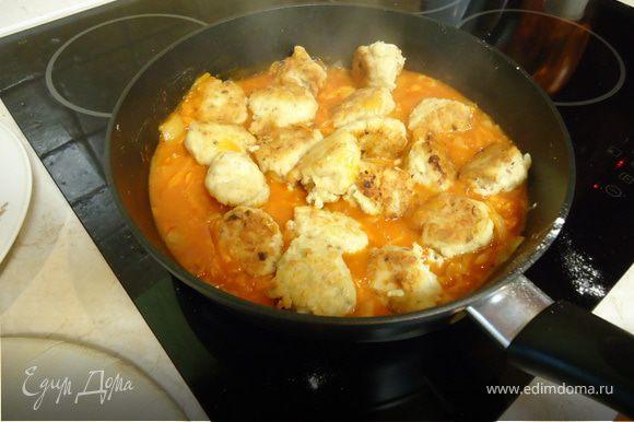 Готовим подливку: обжарить лук, тертую морковку, добавить муку, через минутку томатную пасту, обжарить, добавить воды. Когда все хорошо соединится, добавить тефтельки.